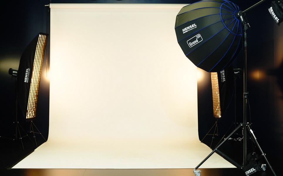 Das Foto wurde mit einer originellen Technik ausgeleuchtet. Der Gelbton rührt von einem Filter durch indirektes Blitzen vor dem Objektiv her. Der Studiohintergrund wird von zwei Striplights und einem Grand von Hensel ausgeleuchtet. Der Fotograf Berlin hat die Arrangements für das Fotoshooting Vorbereitet.